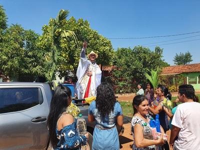 Plausible gesto: Sacerdote salesiano bendice palmas casa por casa