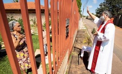 """HOY / Templos cerrados y bendición de palmas """"a domicilio"""": un Domingo de Ramos diferente a causa del COVID-19"""