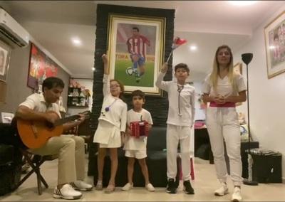 La familia Cuevas homenajea a los médicos del país con arte
