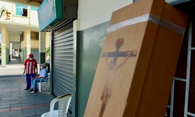 HOY / Ecuador: reparten ataúdes de cartón para sepultar a víctimas fatales del coronavirus