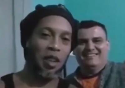 """Ronaldinho presenta a su delantero, un """"narcopolicía"""""""