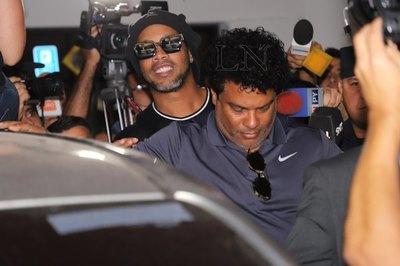 Ronaldinho presentó al paraguayo que es su '9' en la cárcel