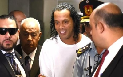 Ronaldinho cumple un mes en la cárcel