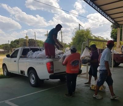 Pobladores de Carmelo Peralta es el segundo distrito en recibir kits de alimentos