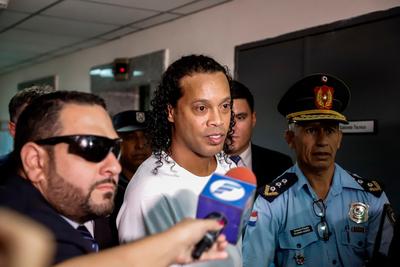 Ronaldinho cumple un mes de encierro