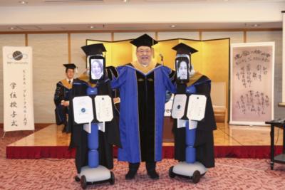 Robots sustituyen a estudiantes en una ceremonia de graduación en Tokio