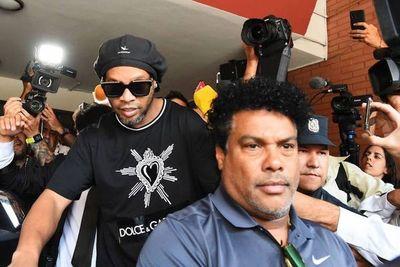 Juez decidirá esta tarde si levanta prisión preventiva de Ronaldinho y su hermano