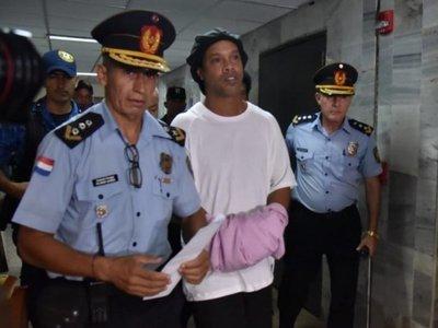 Ronaldinho pagará fianza y conseguiría al menos prisión domiciliaria