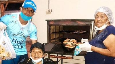 HOY / Un futbolista boliviano lleva pan hecho por su abuela a familias necesitadas