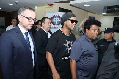 Juez concede prisión domiciliaria a Ronaldinho y su hermano