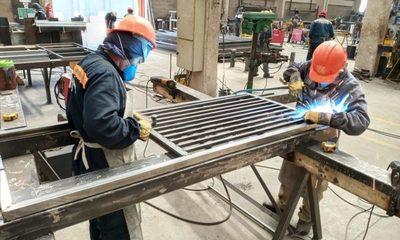 Más de cien personas trabajan en fabricación de camas para hospitales de contingencia