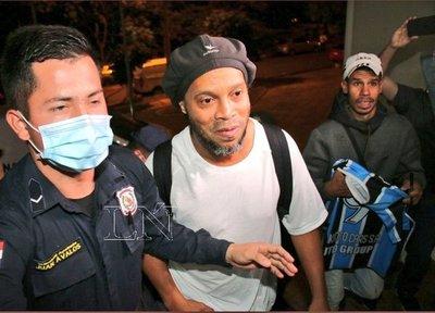 Ronaldinho se instala en hotel donde guardará prisión domiciliaria
