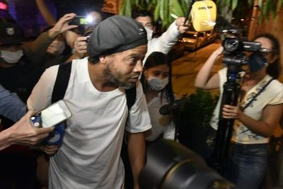 Tras un mes detenido, Ronaldinho ya está fuera de la Agrupación Especializada
