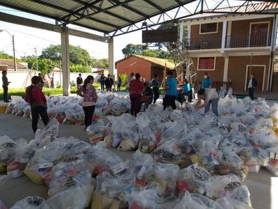 En Ayolas, entregan kits de alimentos a padres de estudiantes