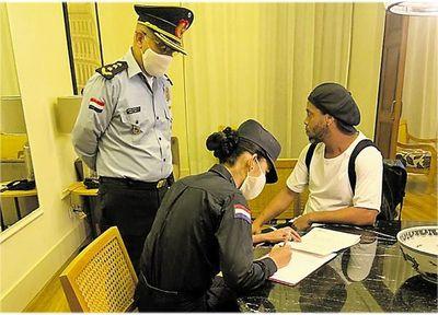 Ronaldinho sigue su arresto en hotel