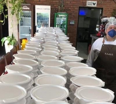 Distribuyen almuerzos en zonas más vulnerables