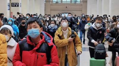 Ciudadanos de Wuhan vuelven a las calles pero todavía con fuertes medidas de prevención