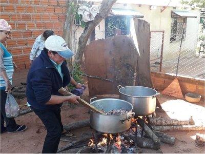 Preparan olla popular para 100 familias de escasos recursos de Yasy Cañy