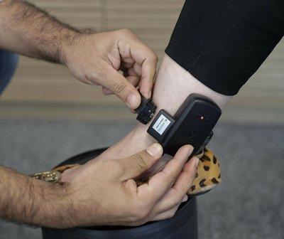 Proponen pulseras electrónicas para control de la cuarentena