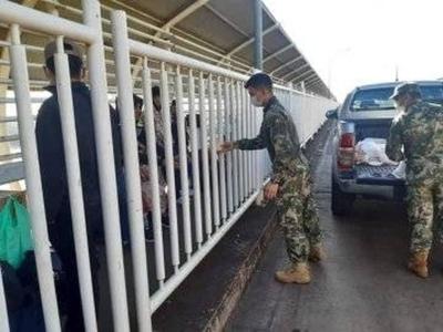 HOY / Cuarenta paraguayos están varados en el Puente de la Amistad
