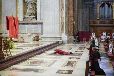 El Papa Francisco se postra en el suelo de la Basílica de San Pedro