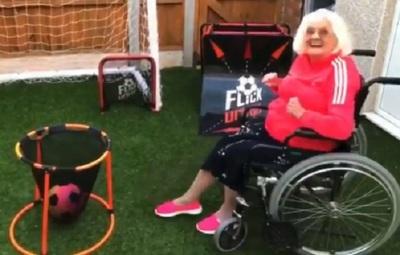 Tiene 85 años y demuestra una tremenda habilidad con el balón