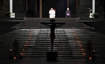 HOY / El papa preside el tradicional Vía Crucis en una plaza completamente vacía a causa de la pandemia