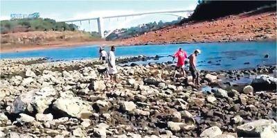 Bajante del Paraná permite el cruce de frontera a pie