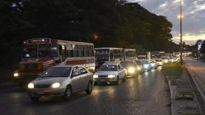 """¿Cuarentena """"flexible""""? Aumenta flujo de vehículos y hay miles de personas en las calles [VÍDEO]"""