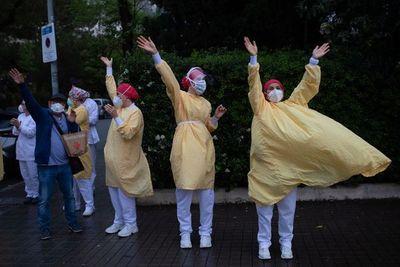 Cautelosa esperanza en Europa y Nueva York por descenso de muertes por coronavirus