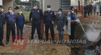 POLICÍAS ENTRARON EN LA COCINA PARA PREPARAR UN ALMUERZO COMUNITARIO.