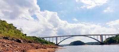 Bajante del río Paraná podría durar hasta fin de mes, según técnico de Itaipú