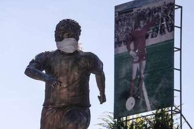 Hasta la estatua de Maradona usa tapabocas