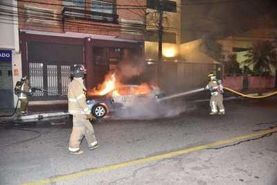 Fuego consume un automóvil •