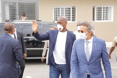 Drogba distribuye ayuda a familias afectadas por crisis del coronavirus