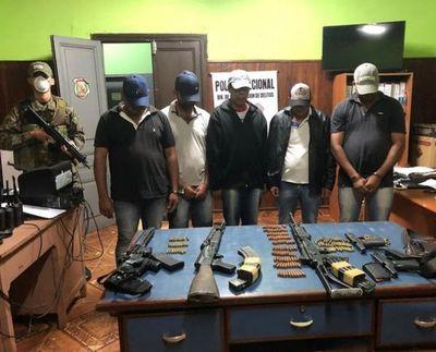 Detienen a cinco hombres armados con fusiles y armas cortas