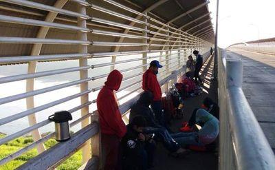 Unos 200 paraguayos esperan entrar al país