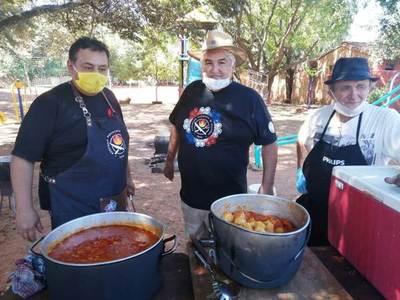 Vecinos extienden su mano solidaria a un asentamiento •