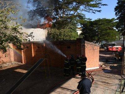 Bomberos controlan incendio en depósito de Asunción