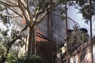 Bomberos controlan incendio en depósito