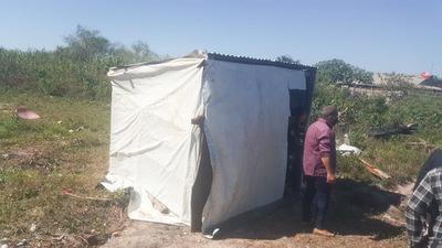 Mujer vive bajo carpa con sus hijos y clama por ayuda