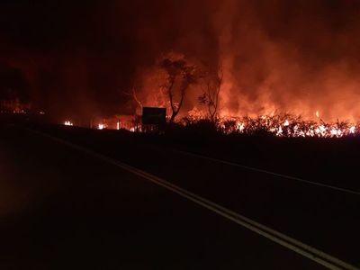 Gran incendio de pastizales cerca de población de Ciervo Cuá