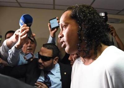 """HOY / Ronaldinho: """"Cuando supe que iba a ir a prisión fue un golpe duro"""""""