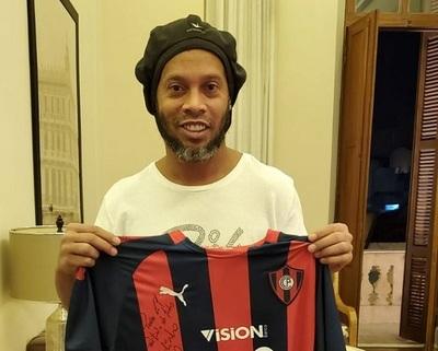 Camiseta del Ciclón firmada por Ronaldinho de vendió por un dineral