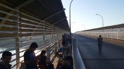 """Treintena de paraguayos """"golpeando la puerta"""" para entrar al país en el Puente de la Amistad"""