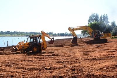 Avanza la construcción de la base para la playa de arena de la costanera de CDE