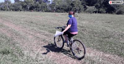 Una profe con todas las letras: en bici reparte tareas a sus alumnitos