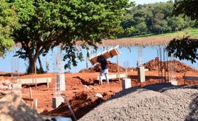 Avanza construcción de base para la playa de arena de la costanera