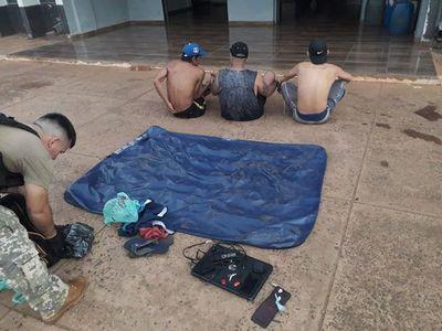 Fueron detenidos luego de cruzar el río en un colchón inflable
