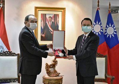 """Paraguay despide al embajador de Taiwán con la """"Gran Cruz"""""""